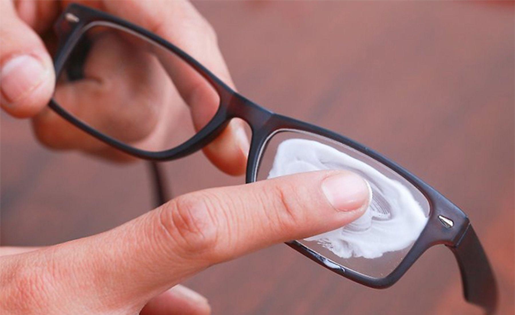 Dùng kem đánh bóng kim loại để xóa vết xước trên mặt kính