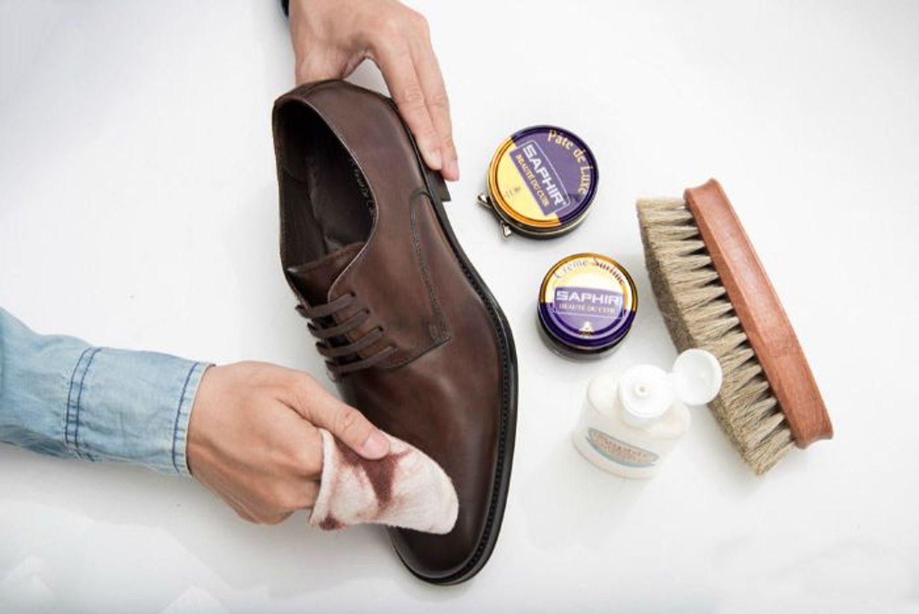 Cách vệ sinh giày dabằng xà bông loãng hoặc nước rửa chuyên dụng
