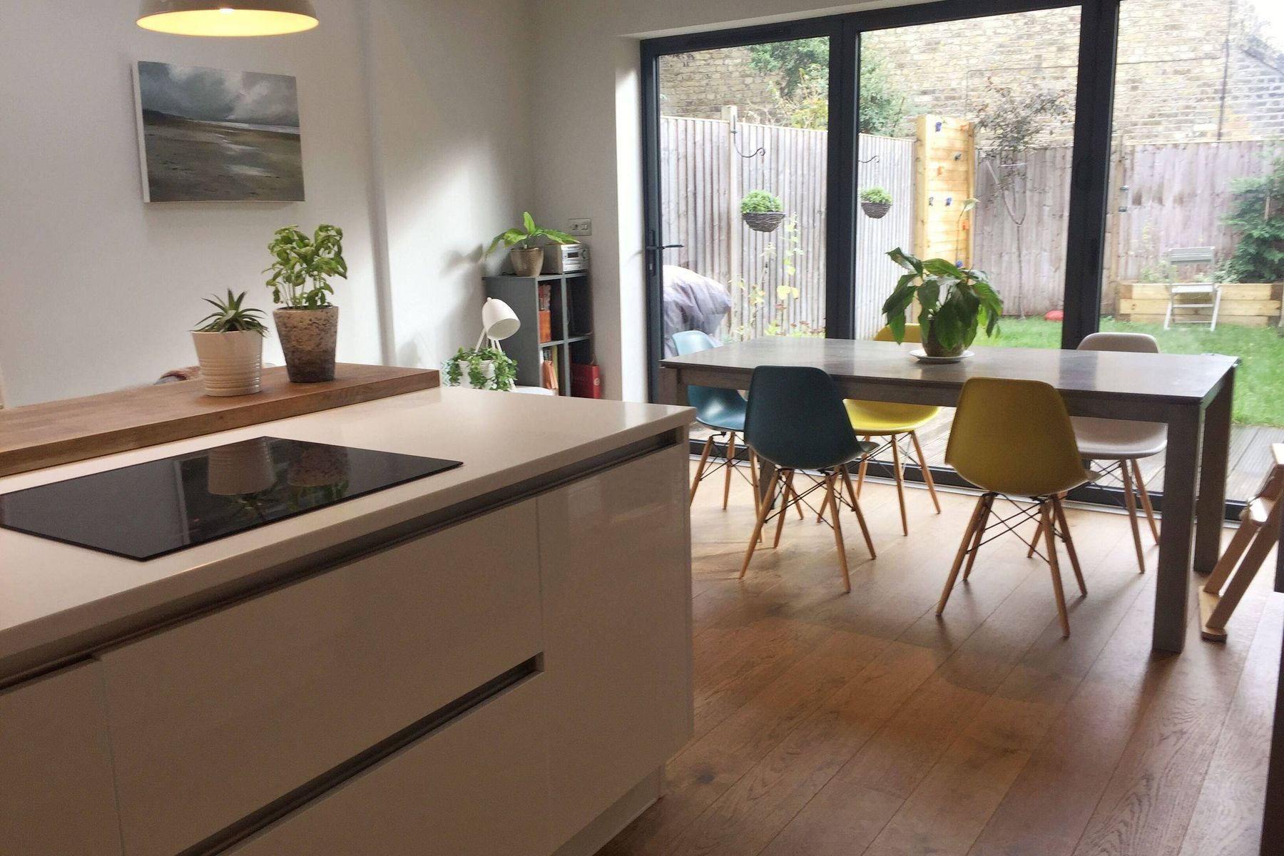 integrated dining room with open kitchen and glass door to the garden