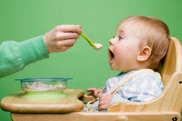 Cho trẻ ăn dặm lần đầu tiên
