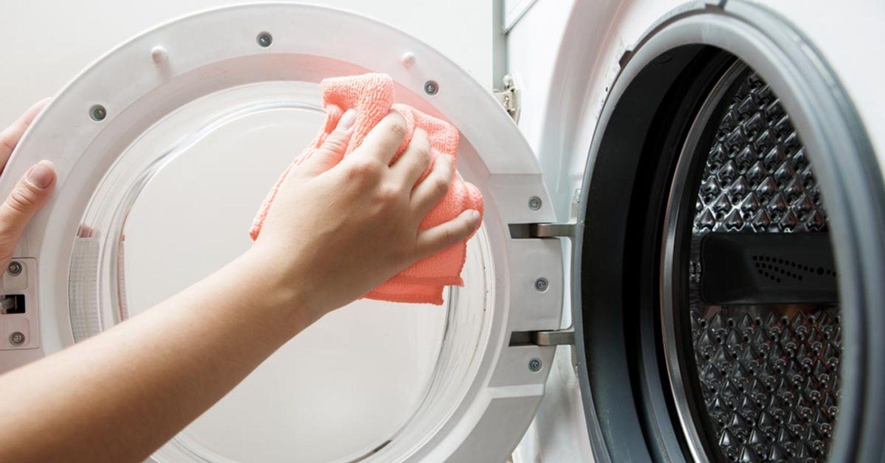 Vệ sinh nắp máy giặt cửa trước