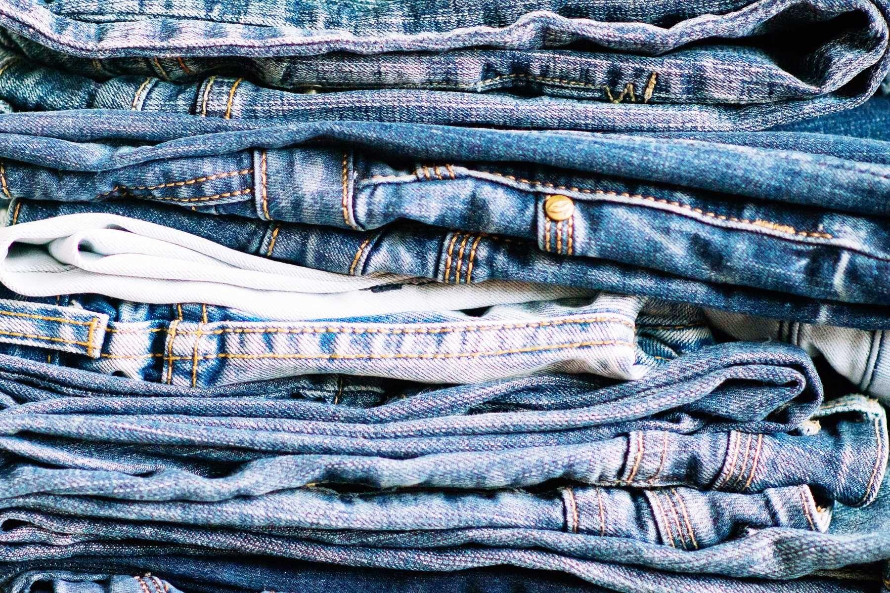 Cách giặt quần jean mới mua không bị ra màu chuẩn nhất