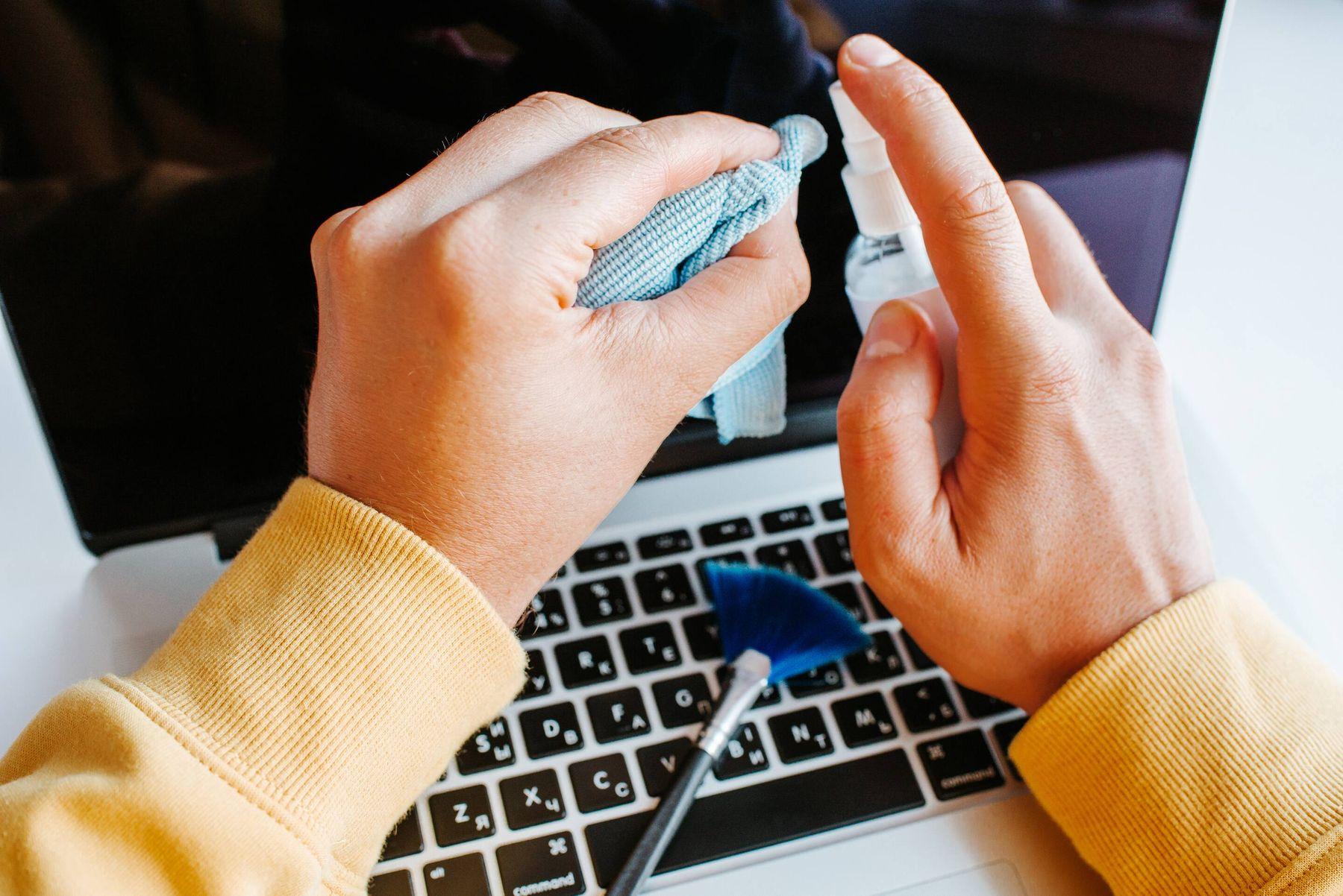 Cách vệ sinh màn hình laptop với dung dịch vệ sinh laptop và khăn lau microfiber
