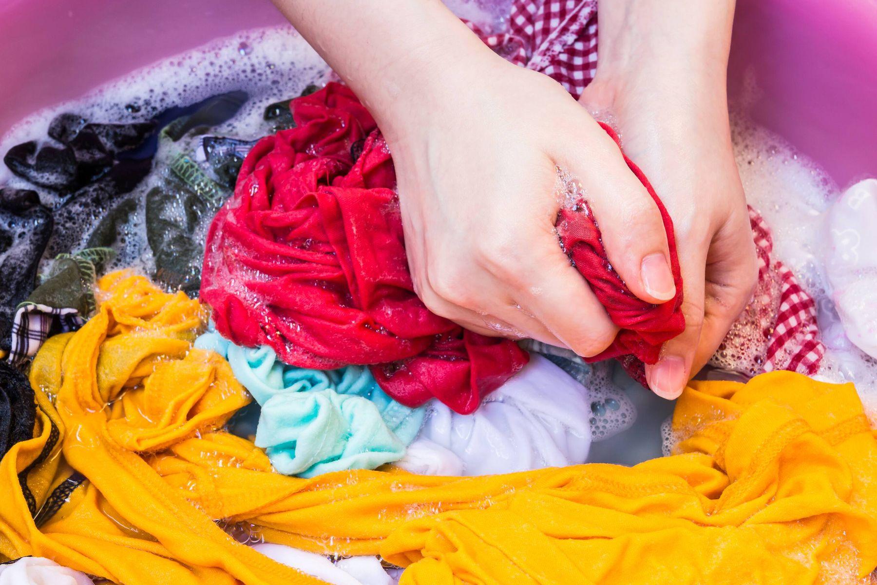 अपने गहरे रंग के कपड़ों से रंग छूटने से कैसे रोकें | क्लीएनीपीडिया