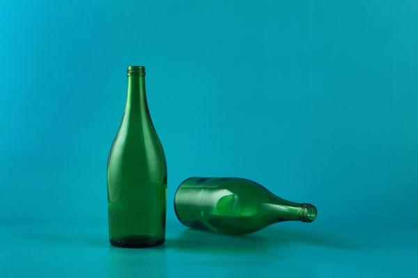 deux bouteilles vertes vides