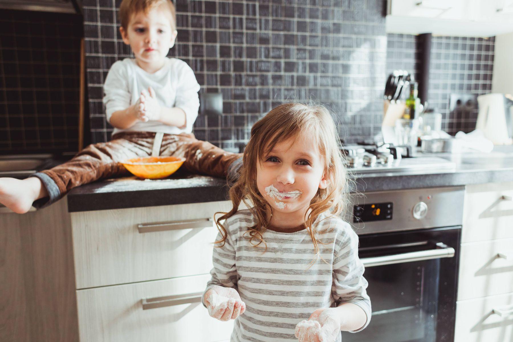 trẻ vào bếp