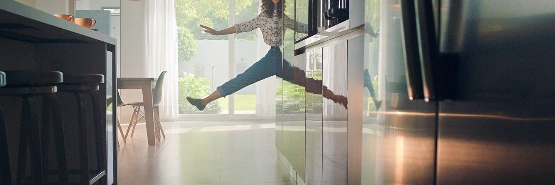 Spiegelbild springende Frau