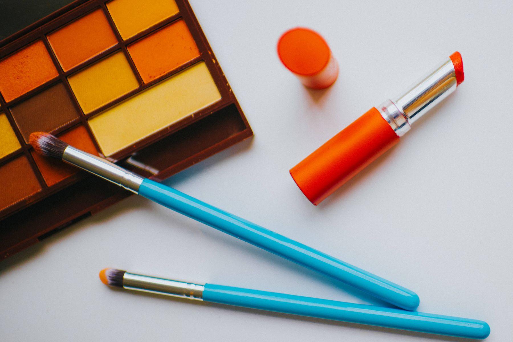 palet makeup dengan lipstik dan kuas di sebelahnya