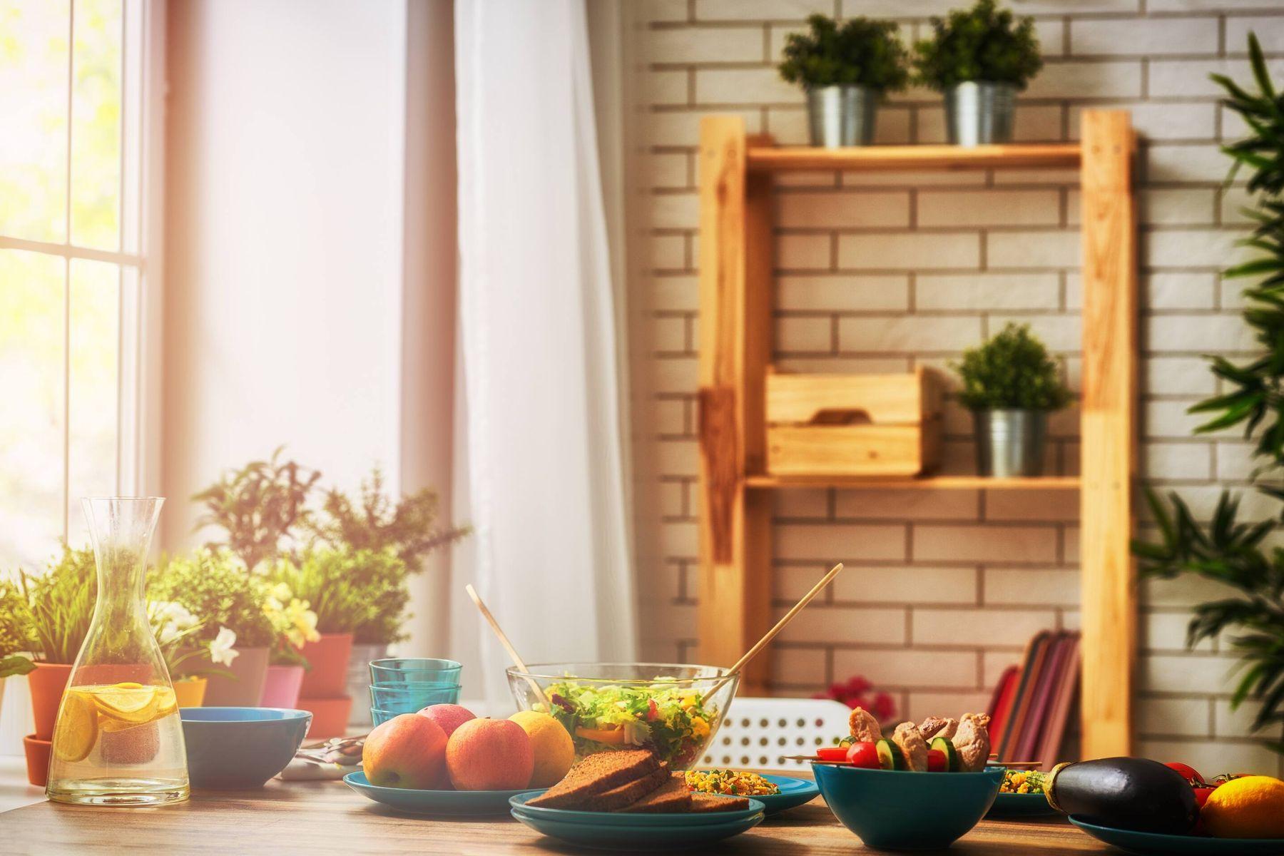 makanan dan tanaman di atas meja