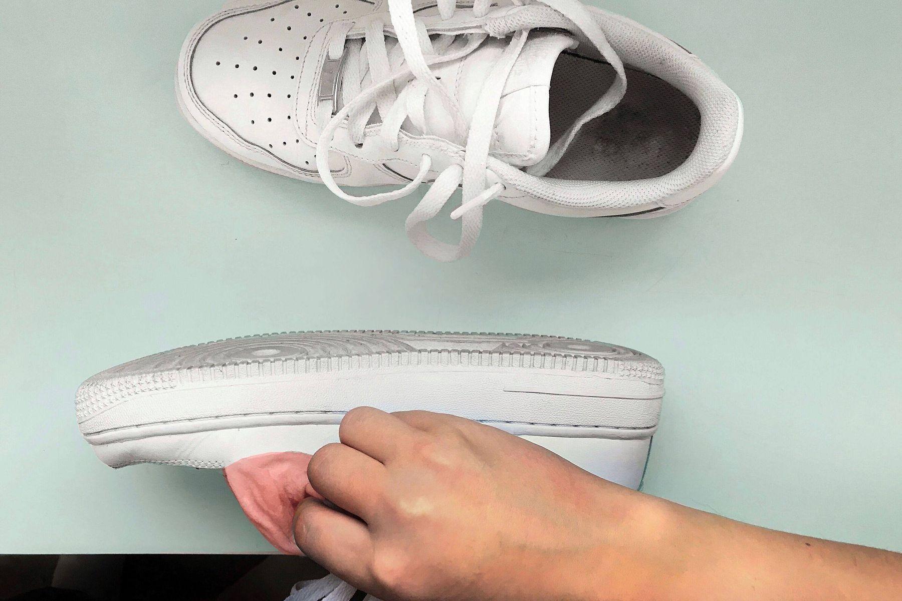 วิธีดูแลรองเท้าผ้าใบด้วยสูตรขาวไวท์เทนนิ่ง