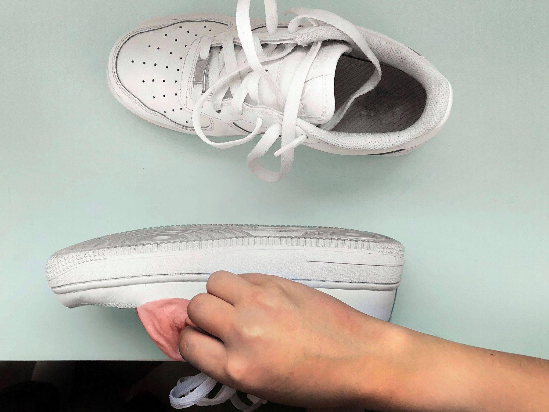 sử dụng dung dịch nước rửa chén và xà phòng để vệ sinh giày