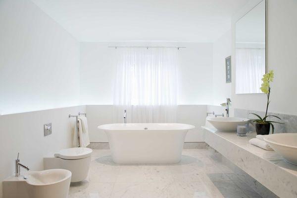 Banheiro branco completo