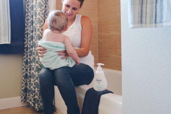 Nên dùng khăn tắm hay áo choàng tắm cho bé?