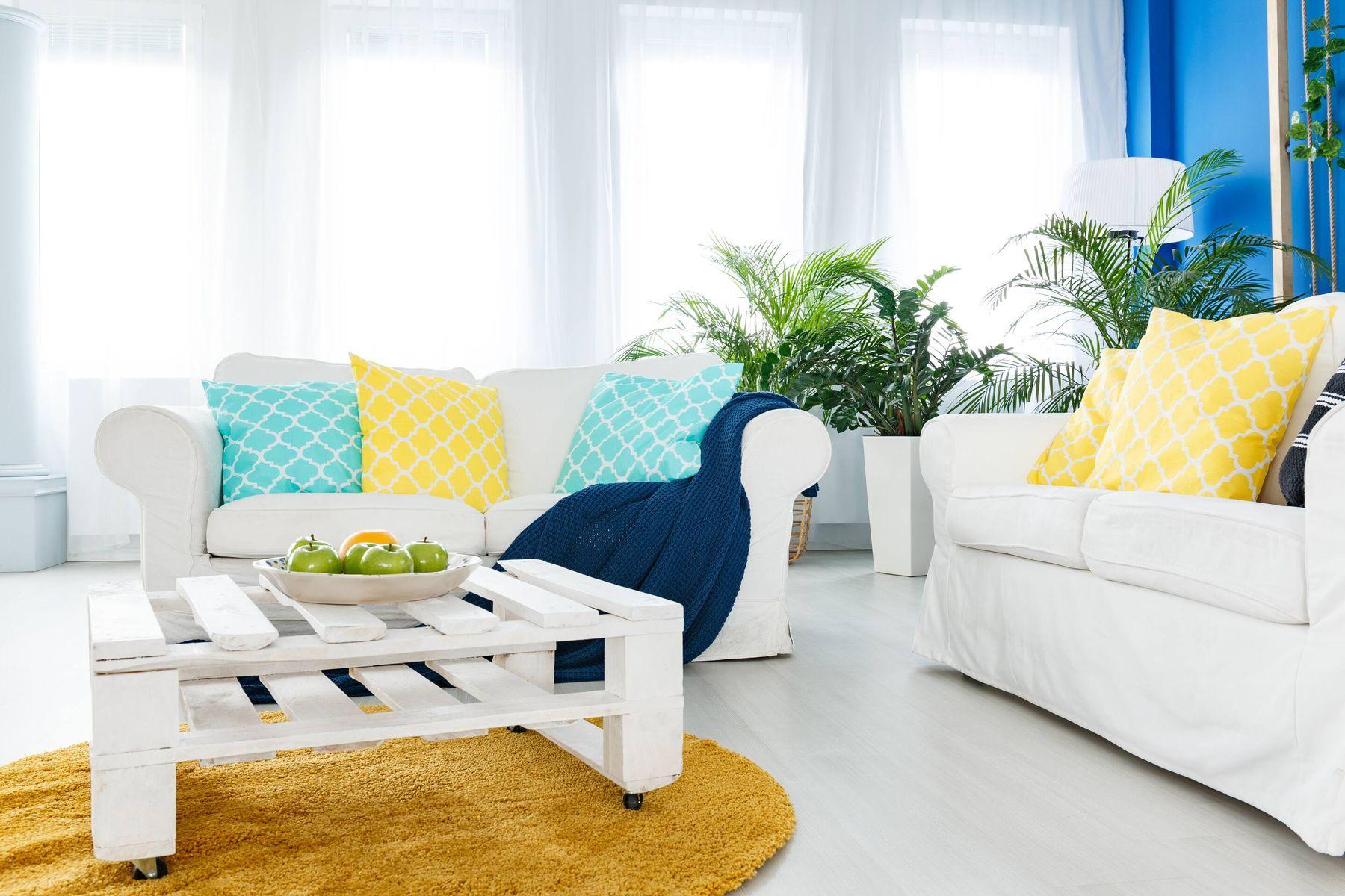 Trang trí phòng khách nhà ống với gam màu sáng