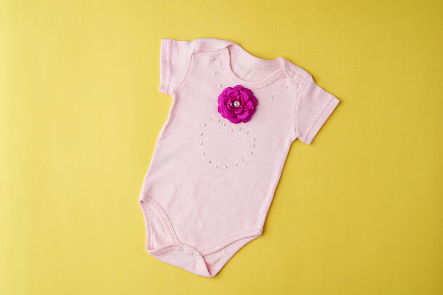 Bebek kıyafetlerinde sarı lekeler