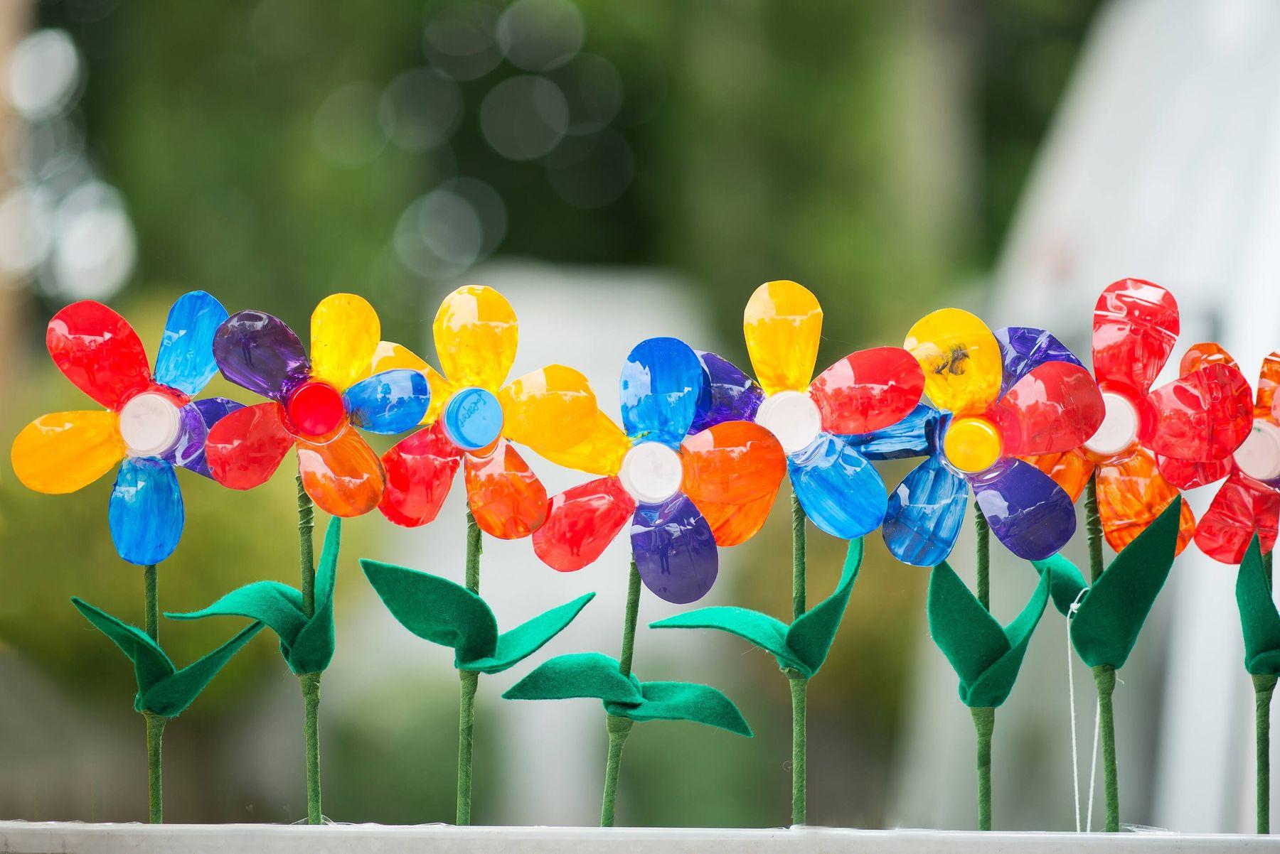 chai nhựa tái chế thành lọ cắm hoa
