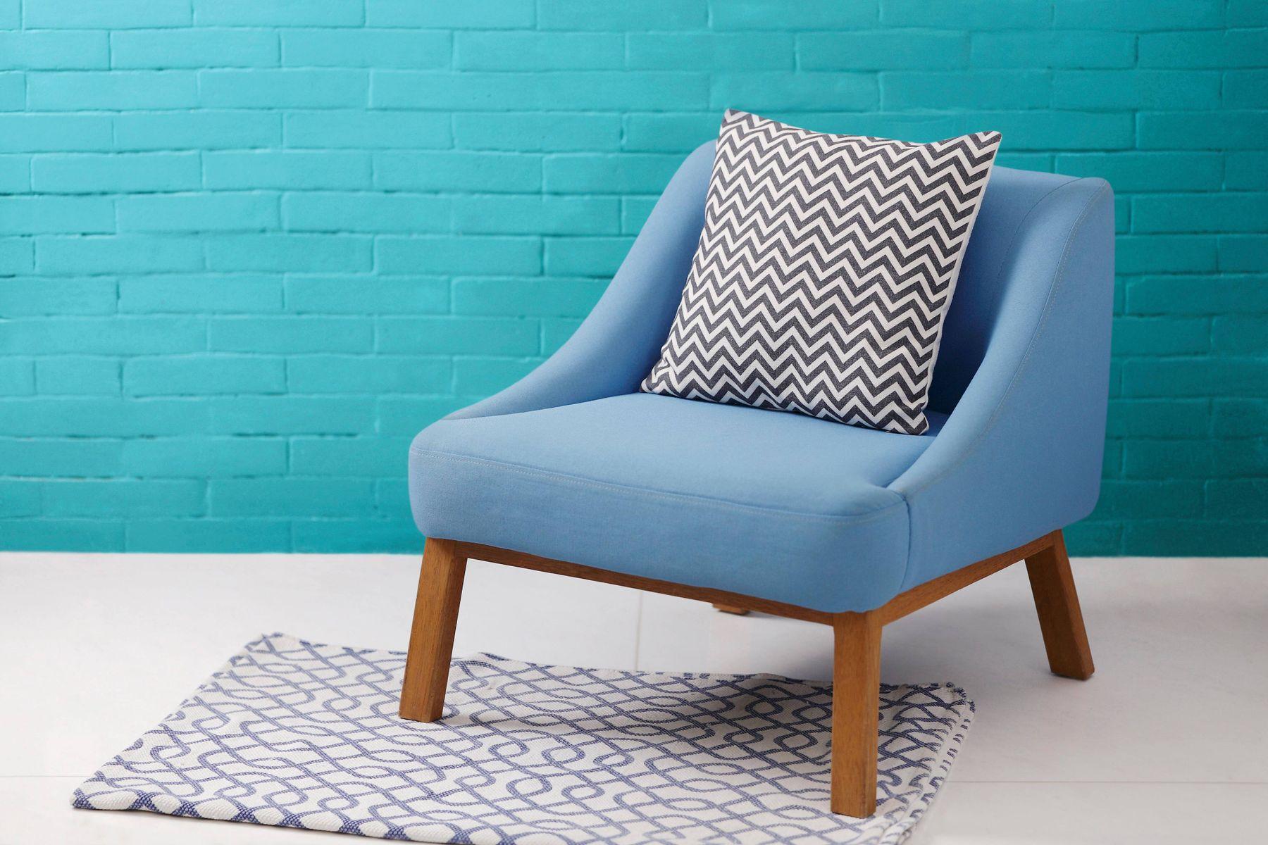 blauwe stoel tegen een blauwe muur