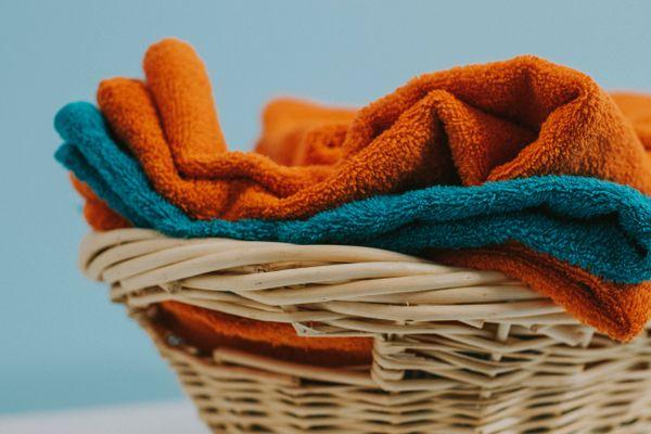 panier en osier avec des serviettes orange et vert