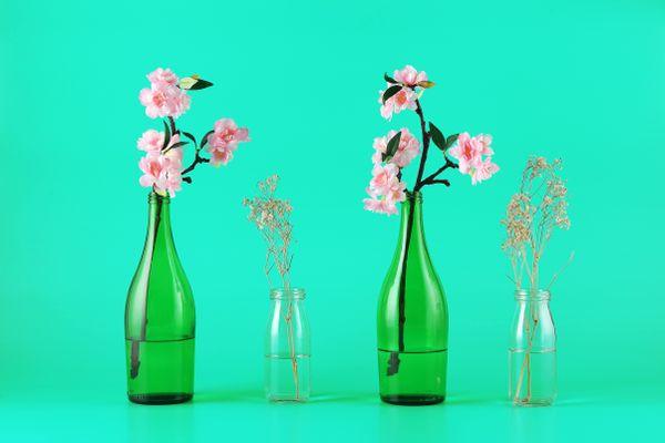 blomster i glas og plastflasker