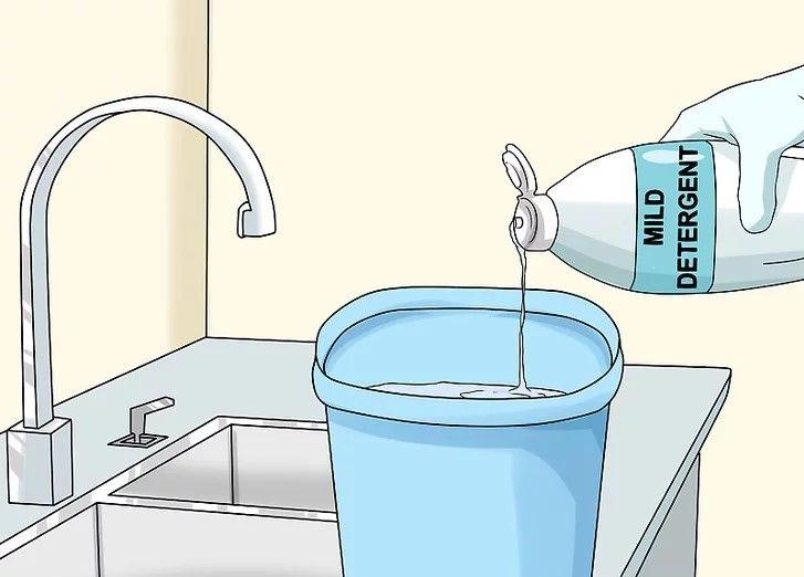 Pha bột giặt hoặc nước rửa chén để giặt áo da
