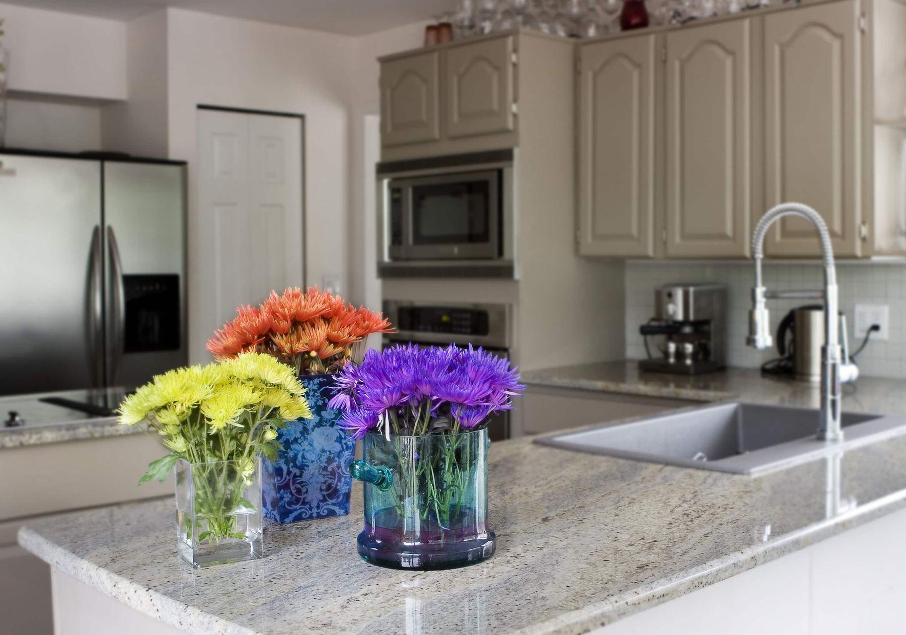 Trang trí nhà bếp bằng hoa tươi