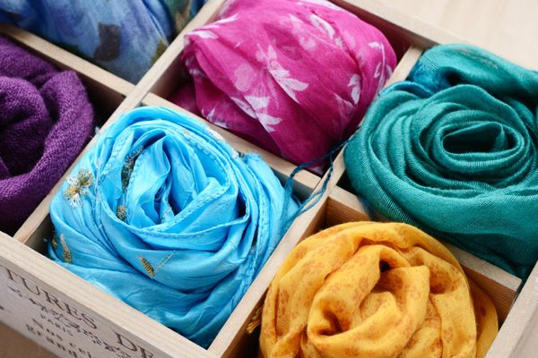 अपने सिल्क स्कार्फ़ को कैसे करें साफ़ | क्लीएनीपीडिया