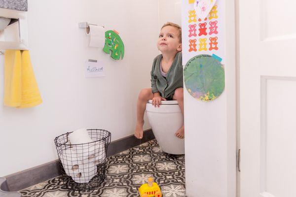 trẻ em đi vệ sinh