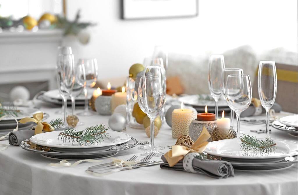 mesa servida para la cena de Navidad