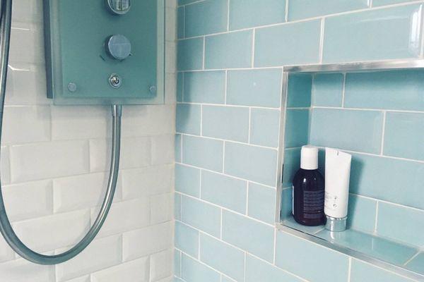 douche met blauwe en witte tegels