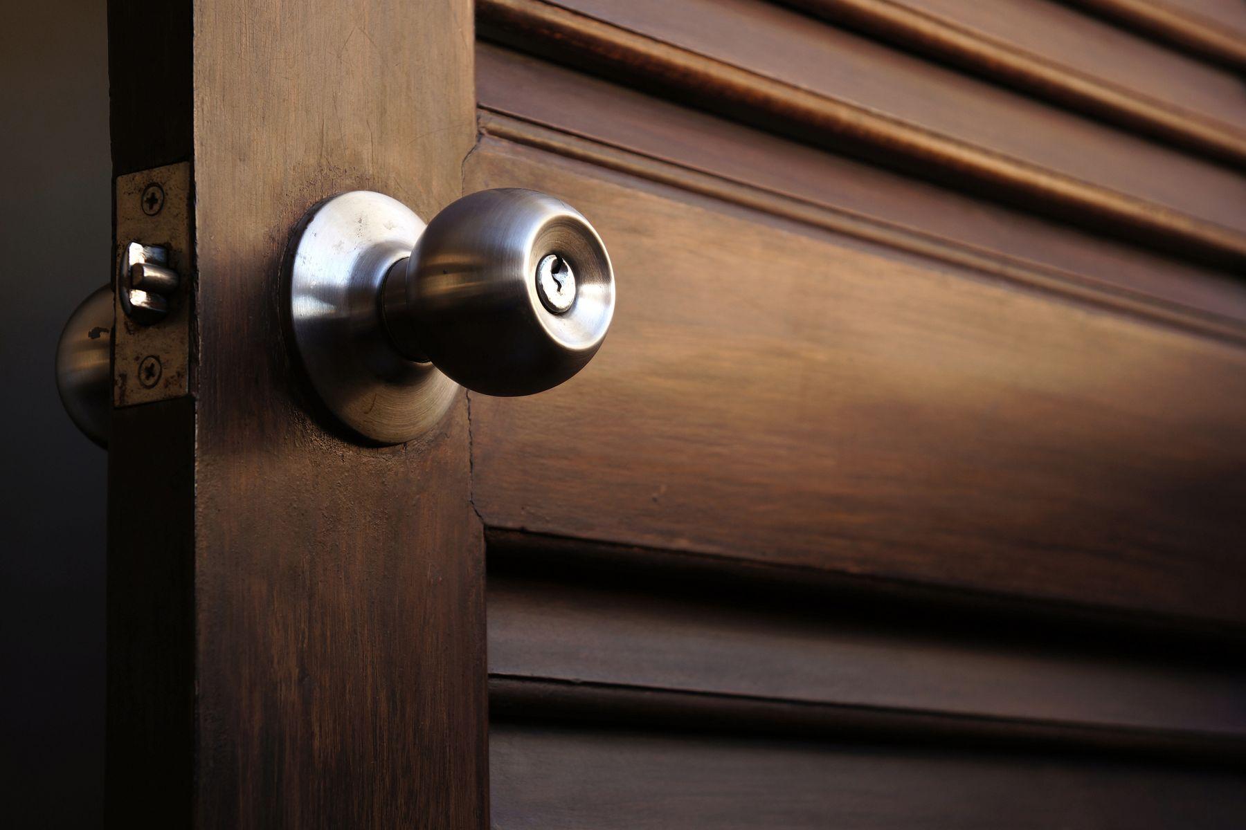 अपने घर पर दरवाज़े के हैंडल को कैसे चमकाएं | क्लीएनीपीडिया