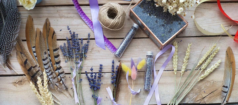 Sử dụng túi thơm từ hoa khô để làm thơm phòng vệ sinh