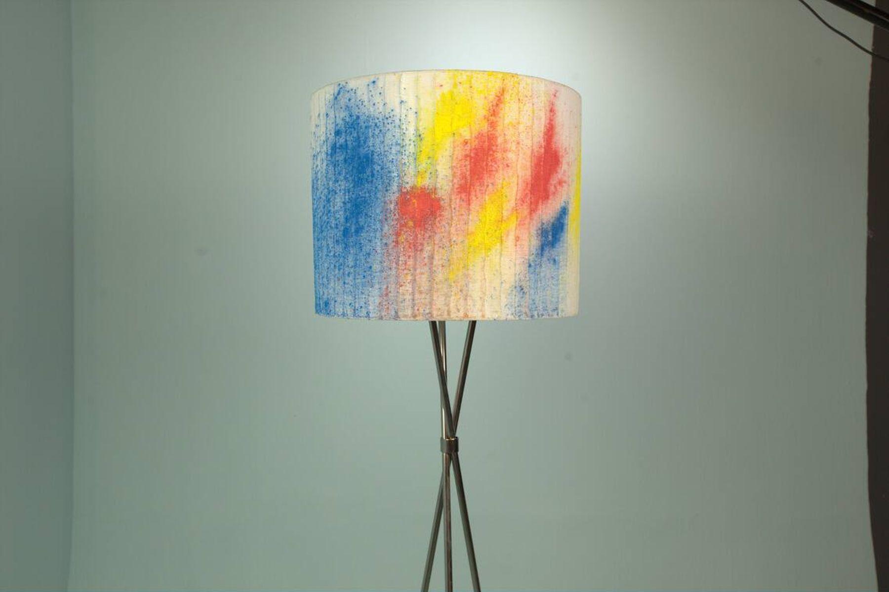 Lámpara con manchas de color rojo, azul y amarillo en la pantalla