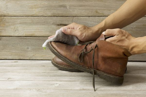 5 Cách làm mới giày da hiệu quả và đơn giản