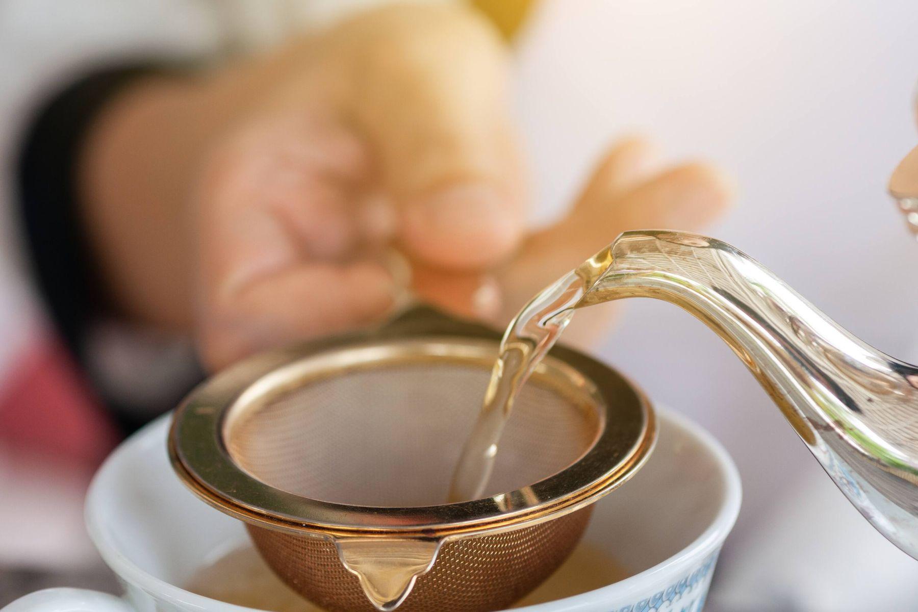 अपनी चाय की छन्नी से दाग़ को कैसे हटाएं | क्लीएनीपीडिया