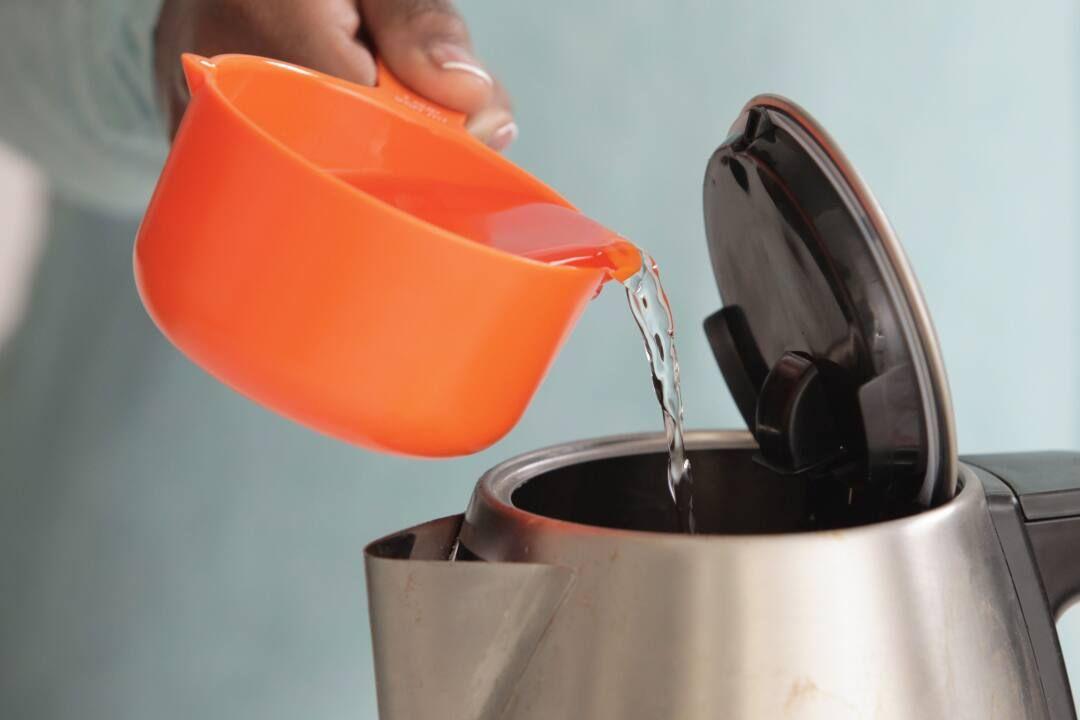 Wasserkocher wird mit flüssigkeit befüllt