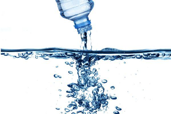 Bao lâu thì nên thay bình nước cho bé một lần?