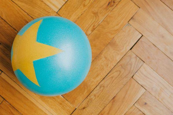 bola azul sobre piso de madeira