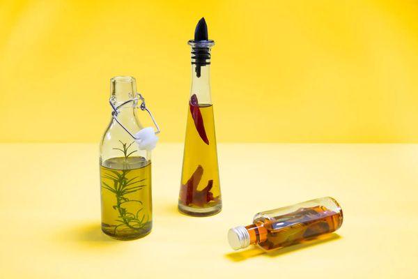 Tres botellas de aceite con especias