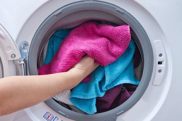ropa rosa y azul en la lavadora