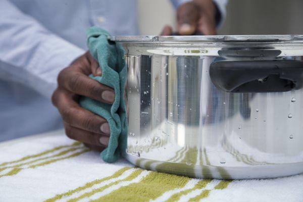 Cómo limpiar ollas quemadas