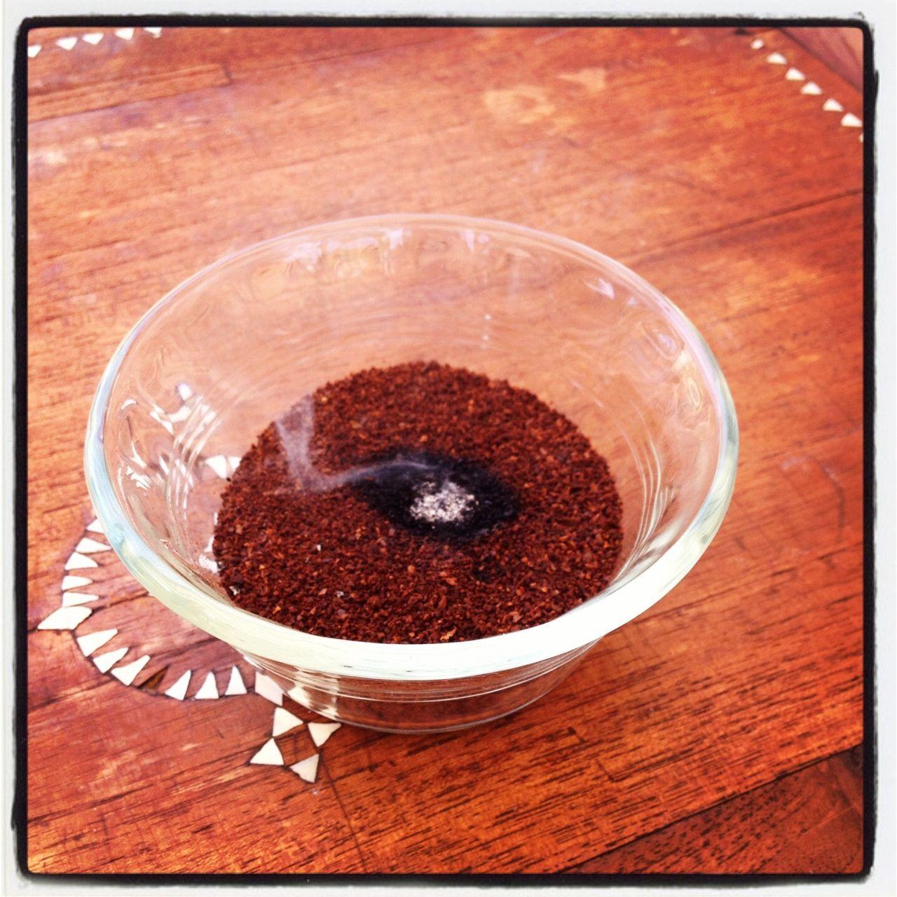 Cách diệt ruồi bằng chén hỗn hợp bột ớt và xà phòng