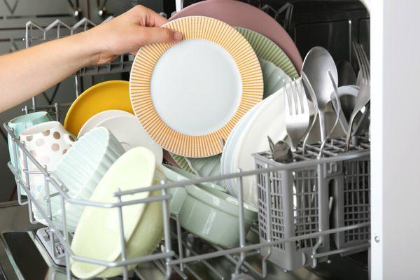 Bulaşıklar Makineye Atılmadan Önce Neden Yıkanmamalı?