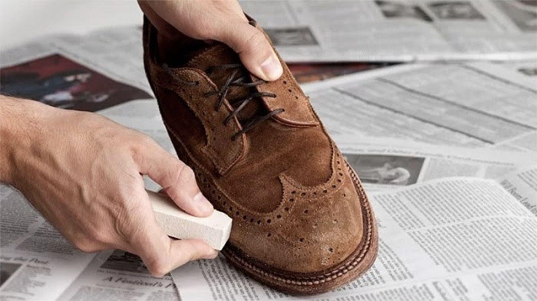 Làm mờ những vết xước trên giày da lộn bằng gôm tẩy