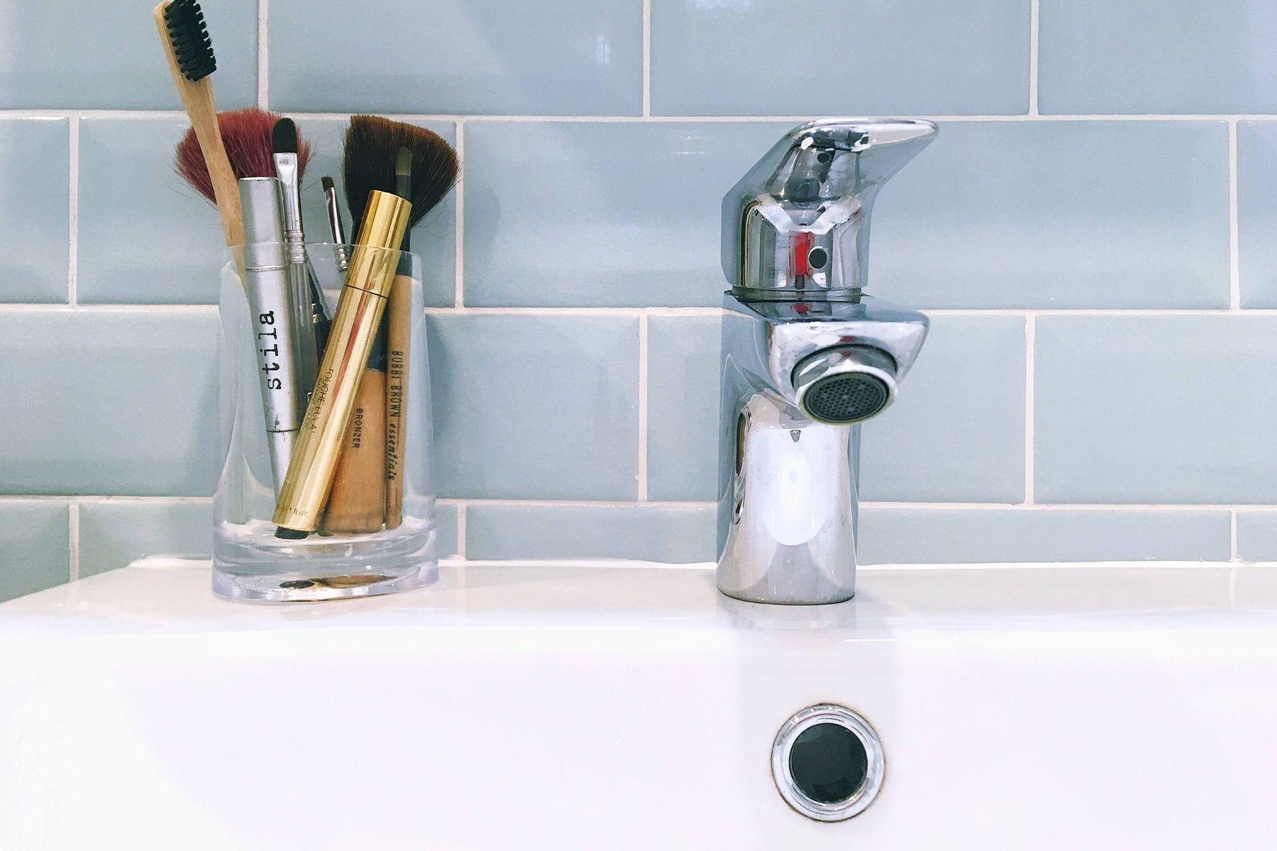 Banyo Lavabosu ve Makyaj Malzemeleri