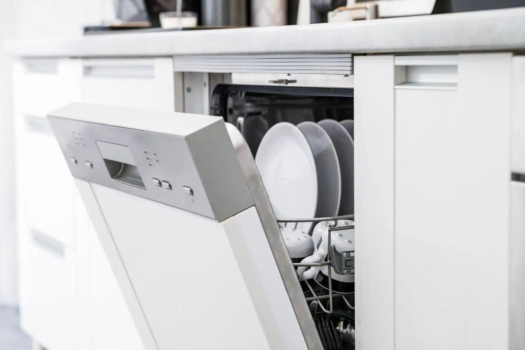 Máquina de lava louças branca embutida em cozinha branca