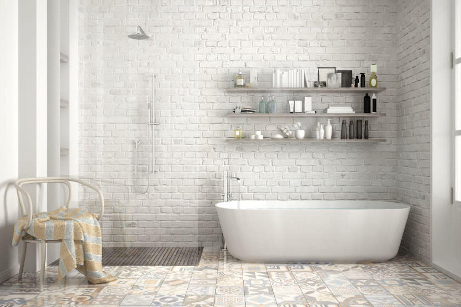 Gri-beyaz renklerin hakim olduğu temiz ve düzenli bir banyo