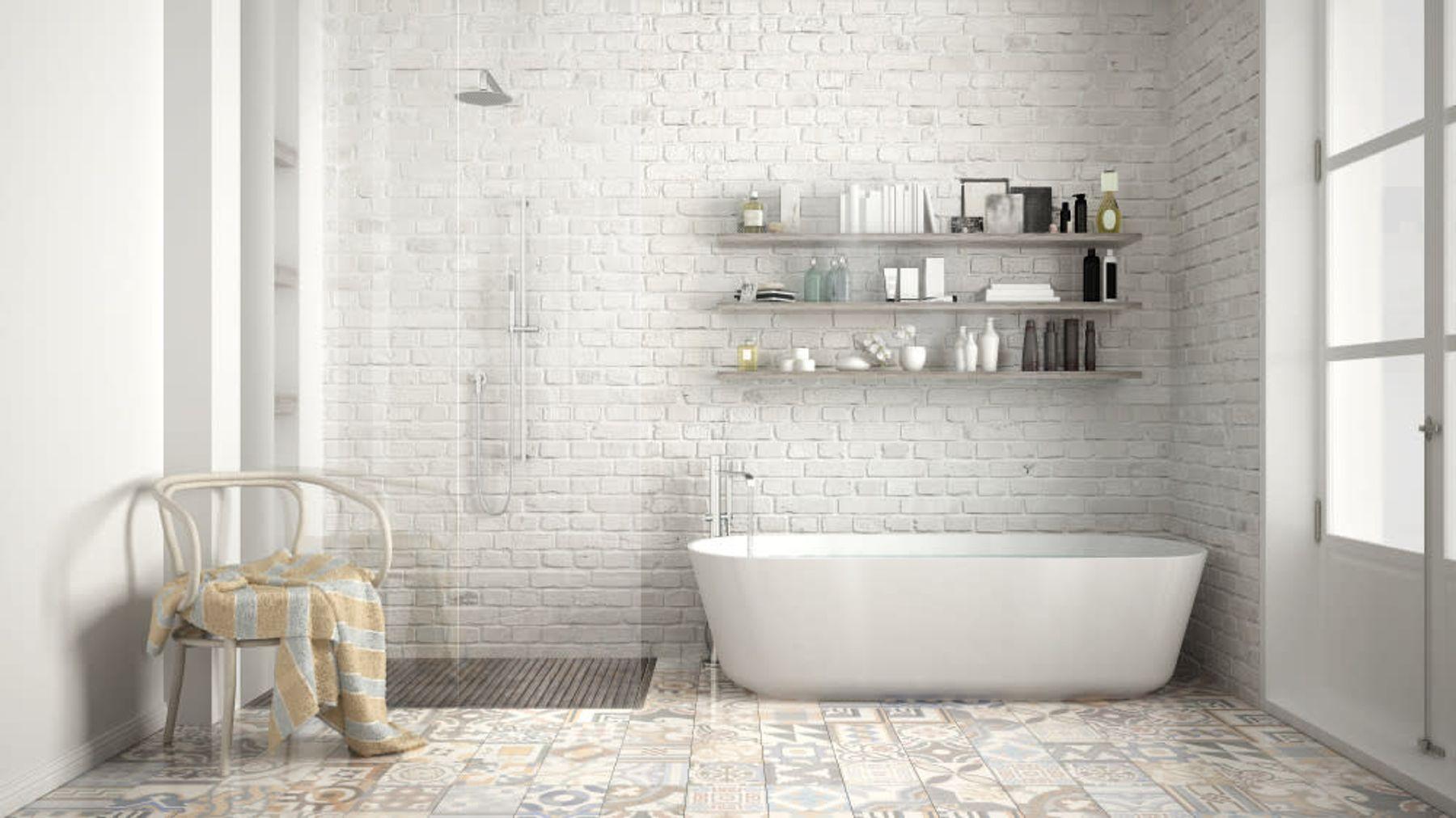 Step 2: Gri-beyaz renklerin hakim olduğu temiz ve düzenli bir banyo
