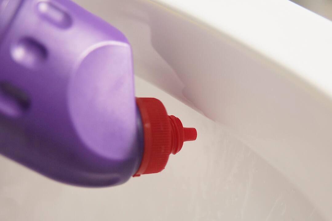 Daha ferah ve güvenli bir tuvalet temizliği için klorsuz Domestos'u tercih edebilirsiniz.