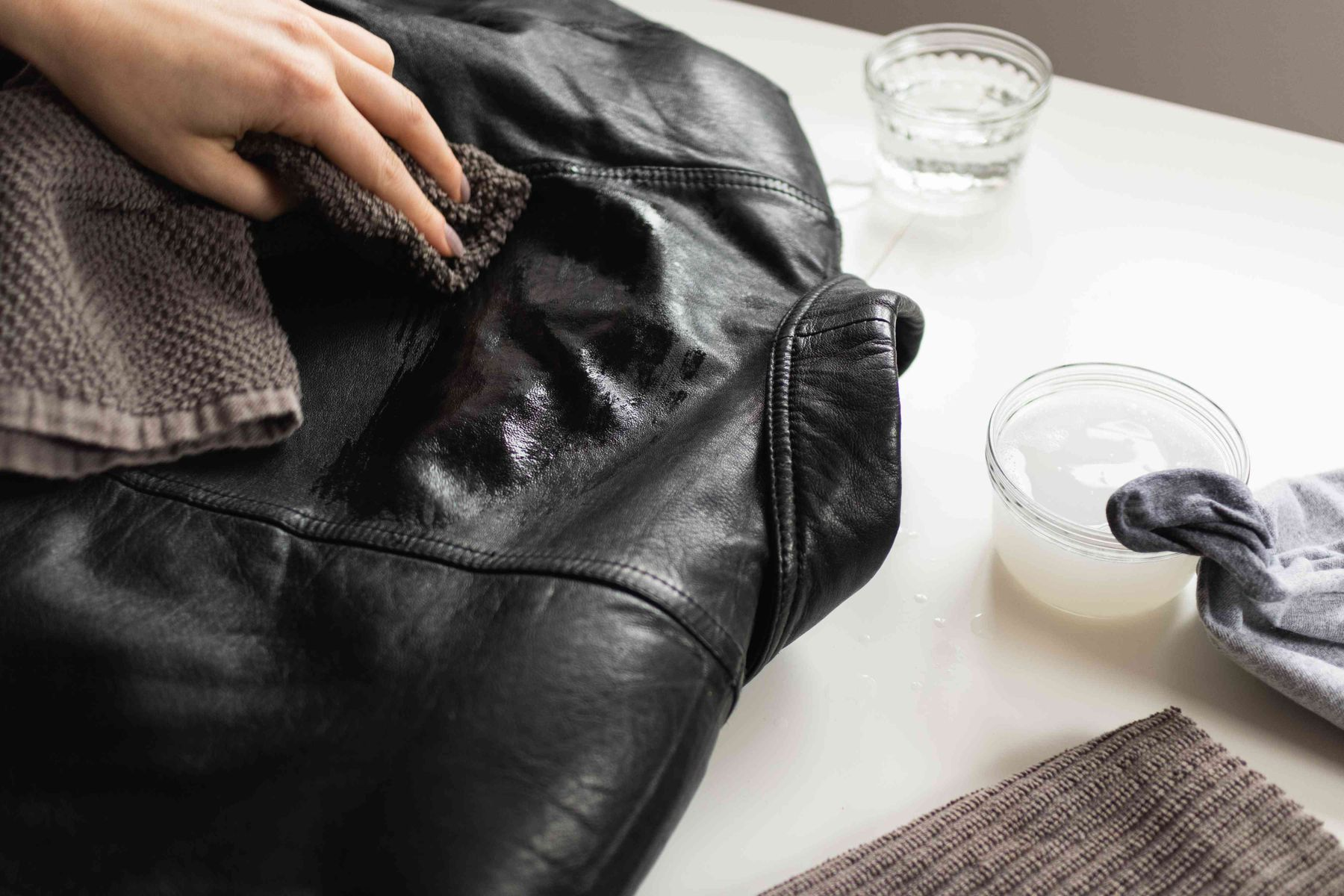 Cách giặt áo da lộn (áo da lộn lót lông) mặt ngoài