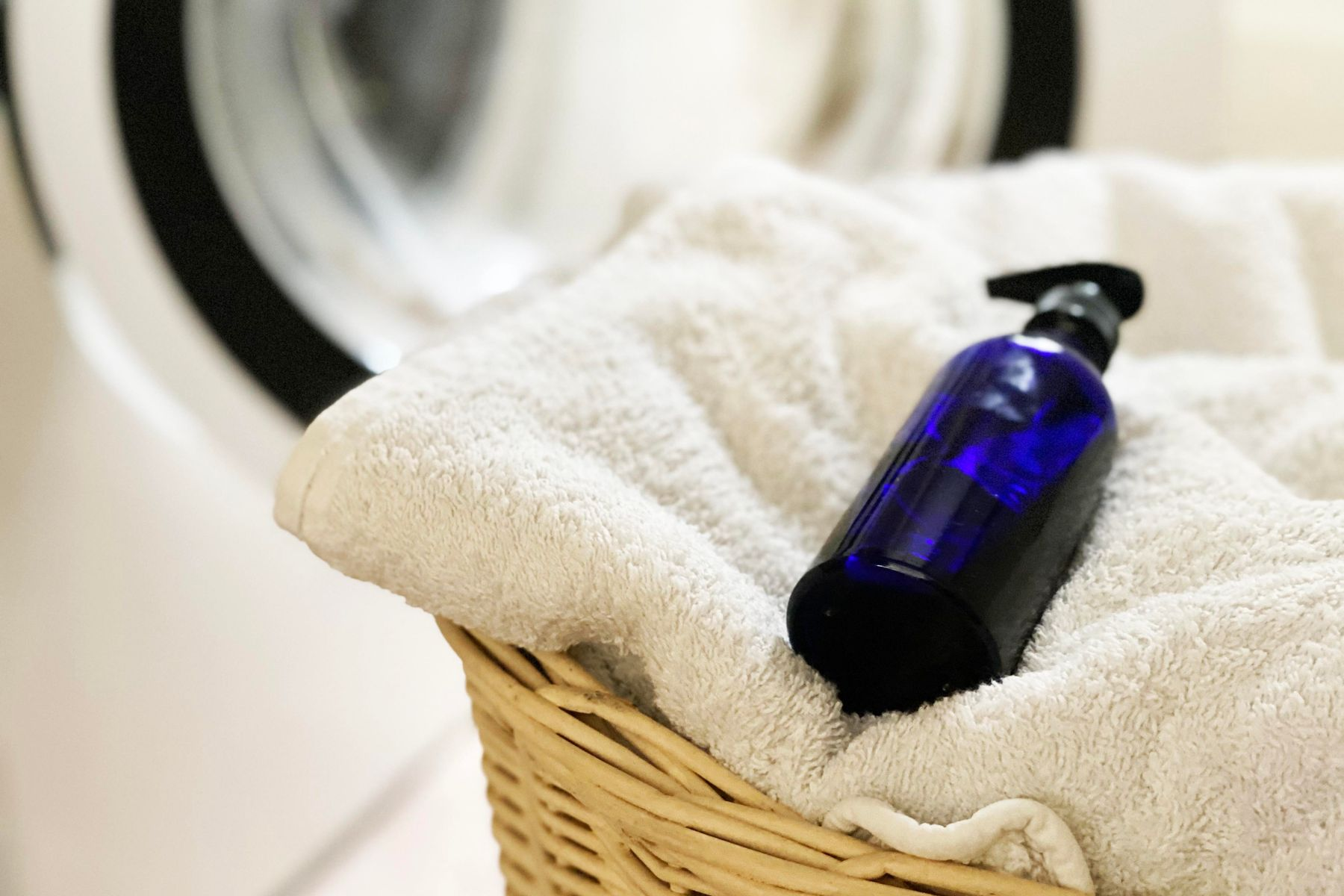How to make clothes smell good top tips   Cleanipedia